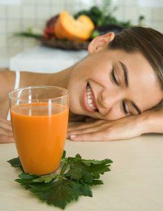 Necesitas un cóctel antioxidante y rico en betacarotenos para proteger tu piel de los efectos nocivos de las radiaciones solares. Echa en tu batidora un par de zanahorias, un tomate, un trozo de papaya, unas hojas de espinaca y una rama de brécol. Si no te gusta el sabor de las verduras licuadas hazlo sólo con fruta: albaricoques, naranja, mango y papaya.