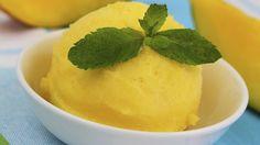 Ohne Milchprodukte: Ein veganes Mangosorbet lässt sich leicht zubereiten, auch ohne Eismaschine.
