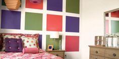 Malując przy pomocy szablonów wielokolorowy, geometryczny wzór nadamy wnętrzu zupełnie nieszablonowy charakter. To propozycja dla osób, które śmiało podążają za nowymi trendami. Tęczowy melanż barw w aranżacji sypialni wprawi nas w pozytywny nastrój każdego poranka.