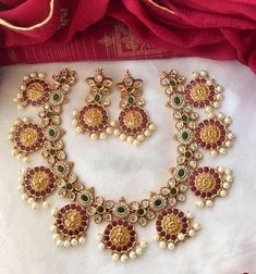 Bridal Necklace Set, Bridal Ring Sets, Indian Jewelry Sets, India Jewelry, South Indian Jewellery, Gold Jewellery Design, Gold Jewelry, Jewelry Necklaces, Temple Jewellery