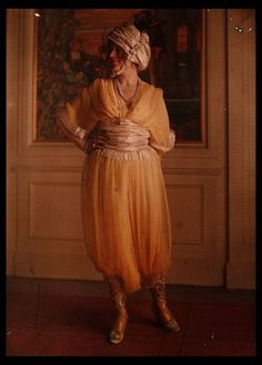 Henri Manuel (1874-1947). Paul Poiret, c. 1920. Costumes pour le théatre. Théâtre des Champs Elysées. La Cigale.    13 autochromes, dont un signé par Henri Manuel en bas à droite, dans leur coffret en acajou d'origine.  Etiquette légendée «Cigale - Théâtre des Champs Elysées » à l'intérieur du couvercle.  Format des autochromes : 24 x 18 cm.