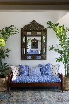 Aproveite mais a entrada da casa: decore-a com móveis variados e um espelho, passando mais tempo no ambiente ao entrar e sair de casa