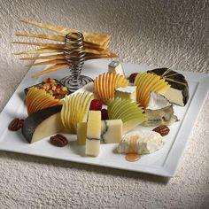 assiette gastronomique, servir du fromage avec des tranches de fruits
