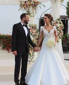 Celebrity Wedding Dresses, Celebrity Weddings, Mermaid Wedding, Lace Wedding, Celebrities, Oval Nails, Wedding Ideas, Fashion, Flower