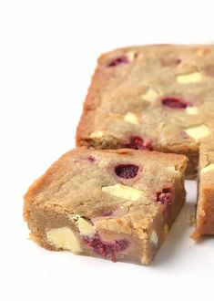 White Chocolate and Raspberry Blondies - OH my word! These are the BEST blondies i've ever had! They're perfectly buttery with plenty of - Brownie Recipes, Cake Recipes, Dessert Recipes, Chocolate Blanco, White Chocolate, Tolle Desserts, Comfort Food, Tray Bakes, No Bake Cake