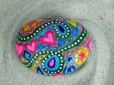 Frühlingsgefühle! Hell, fröhlich, glücklich Regenbogenfarben von geschichteten wasserdicht Glasieren Tinten tanzen über diesen Stein des Meeres. Herzen und Blumen, Wirbel, Paisleys und tupfen. Rosa, rot, gelb, Blues, grasgrün und weiß. Ein Kissen-ähnliche Form Stein mit flachem Boden gleichmäßig auf eine Fläche legen... fühlt es sich fröhliche in der Hand. Dieser Stein macht mich Lächeln. Es wäre eine sehr machen glücklich Briefbeschwerer für Ihren Schreibtisch... und ein Lächeln zu anderen…