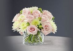 Centro de mesa de boda romántico diseñado por Vera Wang - Foto FTD Flowers