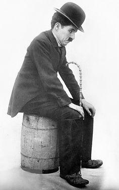 Charlie o Charles Chaplin, Charlot (The Tramp). Vevey, Charlie Chaplin, Chaplin Film, Famous Legends, Charles Spencer Chaplin, Stan Laurel, Films Cinema, Funny Caricatures, Laurel And Hardy