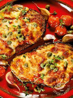 Le Melanzane alla pizzaiola sono un'alternativa veloce e leggera alla classiche melanzane alla parmigiana. Arricchite con capperi e pomodorini freschi.