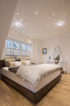 Weiße #Schlafzimmerdecke mit #Strahlern und #Kristallleuchte. #Sterneneffekt