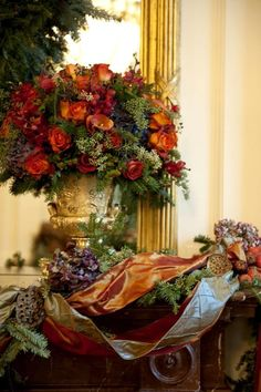 Beautiful Christmas Flower arrangement (My inner landscape)! Love this centerpiece! Christmas Mantels, Christmas Wreaths, Christmas Decorations, Holiday Decor, Christmas Greenery, Merry Christmas To All, Beautiful Christmas, Christmas Holidays, Arte Floral