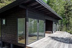 Image 4 of 19 from gallery of Summer House on the Baltic Sea Island / Pluspuu Oy. Photograph by Samuli Miettinen Bungalow, Prefab Homes, Log Homes, Mini Chalet, Scandinavian Cabin, Scandinavian Architecture, Sauna House, Contemporary Cabin, Design Exterior