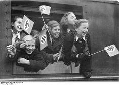 Jumgmadel in einem Zug mit Fahnen angehoben