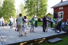 Iin laulupelimannit tanssittavat juhlakansaa.