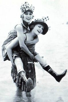 Gloria Swanson and Phyllis Haver as pin-up bathing beauties. 1917 Mack Sennett bathing beauties were pin-up girls for the doughboys of the First World War. Vintage Pictures, Old Pictures, Vintage Images, Old Photos, Look Vintage, Vintage Beauty, Vintage Ladies, Vintage Glam, Fashion Vintage