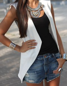 Chaleco blanco + shorts de jean + tank top negro + collar llamativo: Perfecto outfit para lucir comoda pero sofisticada