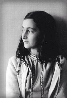 """Voor deze opdracht heb ik gekozen voor Anne Frank. Anne was joods en leefde in de 2e wereldoorlog. Toen ze nog maar net 13 jaar was, moest ze gaan onderduiken voor de Duitsers in het achterhuis. Eén van haar weinige bezittingen was haar dagboek """"Kitty"""". Ze hield deze bij sinds haar 13e verjaardag en schrijft er ook korte verhalen, lange brieven, mooie zinnen en quotes in. Ze wilt later schrijfster worden en haar eigen boek uitgeven genaamd """"Het Achterhuis"""". Anne Franks familie wordt…"""