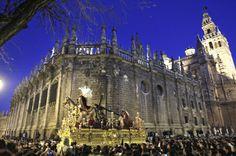 ¡15 días! En dos semanas, Sevilla volverá a vivir escenas como esta. En la foto, la Esperanza de Triana, Madrugá -Semana Santa Sevilla 2012.