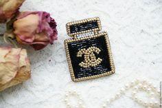 Купить или заказать Брошь из бисера  Вышитая брошь'Favourite Perfume Black' в интернет-магазине на Ярмарке Мастеров. Роскошная брошка, расшитая бисером, в виде флакончика духов. Классические темы всегда вдохновляют и служат эталоном. Результатом такого вдохновения стала эта красивая брошка из бисера черного цвета с золотистой отделкой. Брошь чудесно смотрится на жакетах, платьях, свитерах - она внесет элегантности и шика в ваш образ. Брошь имеет основу из фетра, бисер пришит с помощью монон