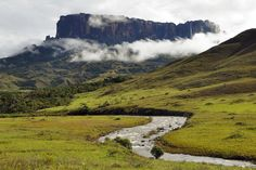 Mount Roraima Facts & Information - Beautiful World Travel Guide Monte Roraima, Laguna Santa Catarina, Places To Travel, Places To Visit, Visit South Africa, World Travel Guide, The Lost World, Places Around The World, Natural Wonders
