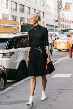 Nyfw street style simple fall outfits, winter date night outfits Black And White Outfit, White Boots, White Outfits, Black White, Winter Date Night Outfits, Simple Fall Outfits, Outfit Night, Outfit Winter, Winter Night