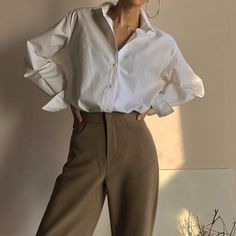 35 Ways to Style Jeans - How to wear Mom jeans Straight leg jeans and baggy jeans in Latest fashion trends for 2020 everyone must know about. 4 ways to style jeans for every season. Korean Fashion Summer, Korean Fashion Trends, Korea Fashion, Korean Summer, Beige Outfit, Camisa Beige, Estilo Dark, Fashion Outfits, Fashion Tips