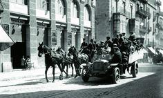 Colla de Sant Medir davant el cine Smart a Gran de Gràcia, l'any 1915