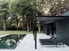 Patio in front of black house with swimming pool. CD Poolhouse by Marc Merckx Interiors Modern Pool House, Moderne Pools, Swimming Pool Designs, Pergola Patio, Curved Pergola, Cheap Pergola, Wooden Pergola, Covered Pergola, Patio Roof