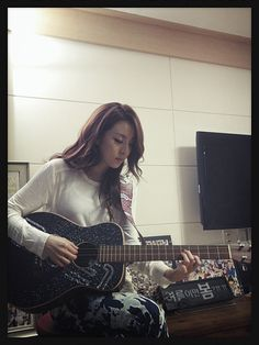 2NE1′s Dara poses with guitar strap gifted by fans