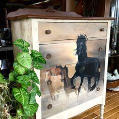 Me voilà à terminer la création d'un nouveau meuble pour ma belle-fille Amélie, qui est littéralement passionnée par les chevaux. Je possédais ce meuble depuis déjà un bon moment, j'ai donc profité de l'occasion pour réaliser cette capsule web spécialement pour vous. La technique du transfert d'images, ça vous dit quelque chose ? Bien …