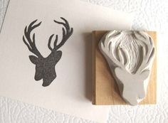 Eine schöne kleine Hirsche Briefmarke handgeschnitzte aus Gummi.    Der Stempel ist auf ein Stück geschliffen geborgen Holz montiert. Es kommt in einem