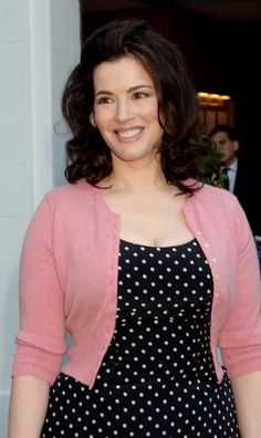 Love this pink sweater on Nigella Lawson! Beautiful Old Woman, Gorgeous Eyes, Curvy Fashion, Girl Fashion, Nigella Lawson, Domestic Goddess, Cropped Cardigan, Portraits, Sweater Fashion