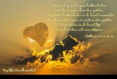 """""""Verzamel op aarde geen kostbaarheden, want die vergaan of worden gestolen.  U kunt beter kostbaarheden in de hemel verzamelen.  Die zullen nooit vergaan en nooit worden gestolen.  Als uw rijkdom in de hemel ligt, zal uw hart daar ook naar uitgaan."""" Matthëus 6:19-21  #Hart, #Hemel, #Rijkdom  https://www.dagelijksebroodkruimels.nl/mattheus-6-19-21/"""