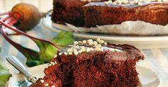 Punajuuri tekee suklaakakusta ihanan kostean ja mehevän. Piilota punajuuret kakkutaikinaan ja leivo päiväkahveille tämä herkullinen punajuuri-suklaakakku!