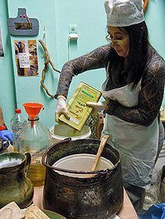 Κρητικό σαπούνι με ελαιόλαδο & βότανα: Φτιάξ'το μόνος σου! / Κρητικό σαπούνι με ελαιόλαδο & βότανα: φτιάξ'το μόνος σου! - CRETAZINE ♥ Η Κρήτη όπως τη ζούμε Bath Soap, Home Made Soap, Natural Cosmetics, Crete, Soap Making, Face And Body, Diy And Crafts, Beauty Hacks, Cleaning