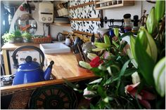 Moon to Moon: Houseboat. Kismet beautiful house boat called Kismet is a beautiful recently refurbished 63 foot narrow-boat Boho Kitchen, Kitchen Dining, Narrow Kitchen, Narrowboat Interiors, Houseboat Living, Bohemian House, Bohemian Living, Canal Boat, Floating House