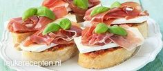 Bruschetta's met brie Brie, Bruschetta Recept, Gourmet Recipes, Snack Recipes, Burger Recipes, High Tea Food, Zucchini, Tea Snacks, Bruchetta
