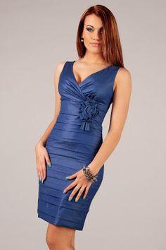 Dopasowana niebieska sukienka z odważnym dekoltem