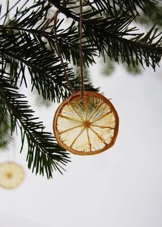 natural christmas tree Dried citrus DIY Christmas ornaments for the tree are an eco-friendly way to decorate! Dehydrated fruit is beautiful, inexpensive, and compostable. Pretty Christmas Trees, Easy Christmas Ornaments, Simple Christmas, Handmade Christmas, Diy Ornaments, Diy Christmas Tree Decorations, Natural Christmas Tree, Beaded Ornaments, House Decorations