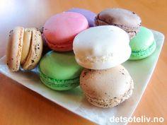 """Franske makroner (Macarons) - amazing oppskrift. Sukkerlake kokes 3-4 min, røren klarer seg tross om den står og begynner å renne mer, mandler tørkes til neste dag, mandelmel nok finmalt selv ved bruk av """"stormasket"""" sil (trenger ikke te-sil), tørkes 30 min, husk å pille bobler, stekes ca. 10 min."""