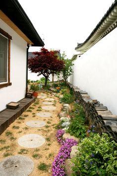 헌집 개조해서 게스트하우스 오픈하기 - Daum 부동산 Rural House, Cottage Garden Plants, Space Architecture, Sustainable Design, Interior Design Living Room, Garden Landscaping, House Plans, Backyard, Exterior