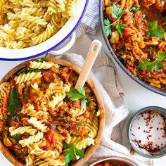 Quick and Easy Vegan Bolognese Sauce Recipe Seafood Recipes, Pasta Recipes, Vegetarian Recipes, Cooking Recipes, Healthy Recipes, Chicken Recipes, Vegan Meal Prep, Healthy Cooking, Healthy Food