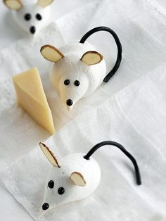 Christmas Crafts and Treats Inspiration Board by Bella Bella Studios ~ Adorable meringue mice. crafts Kids can help make these Cute Meringue Mice: Almond sliver for the ears, licorice for the tail, and decorating gel for the face. Christmas Cookies Kids, Cookies For Kids, Christmas Goodies, Christmas Treats, Christmas Baking, Christmas Cakes, Grinch Christmas, Christmas Desserts, Christmas Recipes