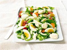 Mummon vihreän salaatin salaisuus on kermaisen täyteläinen kastike, joka maustaa muutoin yksinkertaisista aineksista koottua salaattia. Food N, Good Food, Food And Drink, Yummy Food, Caprese Salad, Cobb Salad, Finnish Recipes, Cooking Recipes, Healthy Recipes