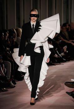 Claes Iversen Couture Fashion Show Fashion Mode, Couture Fashion, Fashion Art, Runway Fashion, High Fashion, Fashion Show, Fashion Outfits, Fashion Trends, Geometric Fashion