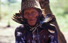 https://flic.kr/s/aHskoXXMb1 | Ayoreo | AYOREO (palabra que en lengua zamuca significa hombre, ser humano) Habitaban un extenso territorio en el Chaco Paraguayo (grupos del sur) y en Bolivia (grupos del norte). Cazadores y recolectores nómadas, vivían en comunidades con un líder o Dacasuté. Existían siete clanes exogámicos, cada uno tenía su símbolo, que hoy ellos utilizan como apellido. Es una sociedad igualitaria, practican la solidaridad mutua. Las mujeres tejen bolsas de fibra de…