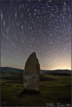 MENHIR Es una piedra erguida, se entiende como el punto cero de la arquitectura, entendiéndolo como su mínima expresión.