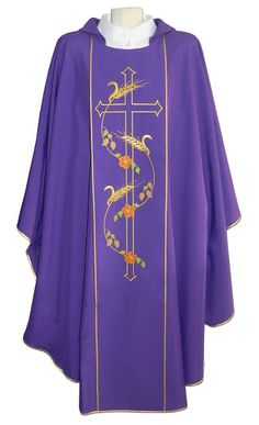 Casulla morada de poliéster con espigas y Cruz bordadas / Purple liturgical chasuble in polyester with Cross, wheat and flowers embroidery (6/6). http://www.articulosreligiososbrabander.es/comprar-casulla-poliester-bordado-cruz-espigas.html