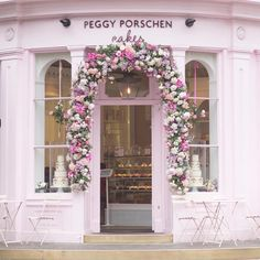 In London, if you paint it pink, they will come!  @peggyporschenofficial has created a delectable empire of beautiful, mouthwatering cakes that you can enjoy here with tea and learn to make at her Academy. A perfect Sunday afternoon in London. (Paris photos always @aparisianmoment and fabulous Bhutan @photosbydcp ) Happy Sunday! ☕️