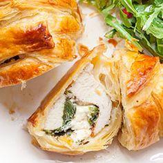 Filety z kurczaka w cieście francuskim, faszerowane serem i szpinakiem. Kurczak w cieście francuskim. Dzięki pieczeniu w cieście francuskim, mięso jest bardzo soczyste, nawet po odgrzewaniu.